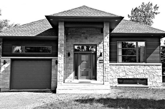 Maison neuve en pierres en noir et blanc