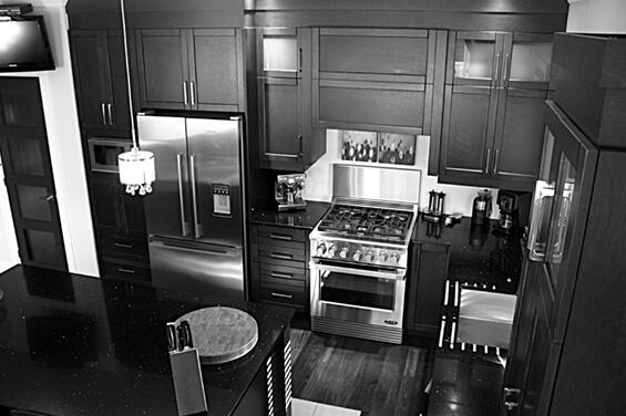 Vue de haut en noir et blanc d'une cuisine moderne