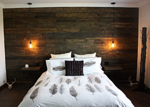 Chambre à coucher avec mur en bois