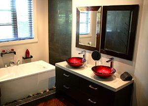 Salle de bain avec deux lavabos et un bain