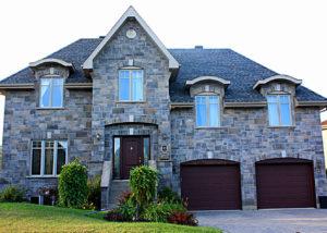 Maison en pierres avec deux garages