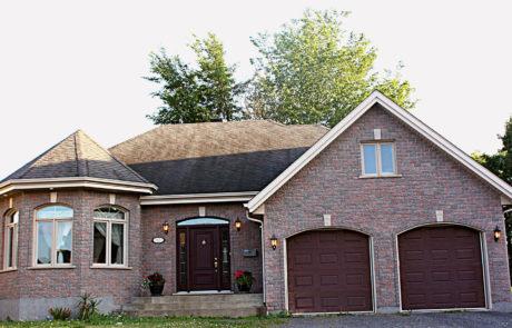 Maison en brique avec deux garages